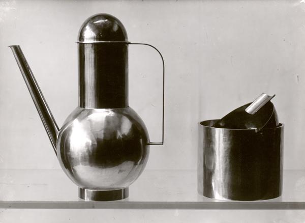 Lucia Moholy, brocca e posacenere prodotti nel laboratorio del Bauhaus (design di Marianne Brandt), 1924, prova d'autore, stampa successiva, 155 x 156 mm. Collezione Fotostiftung Schweiz, Winterthur.