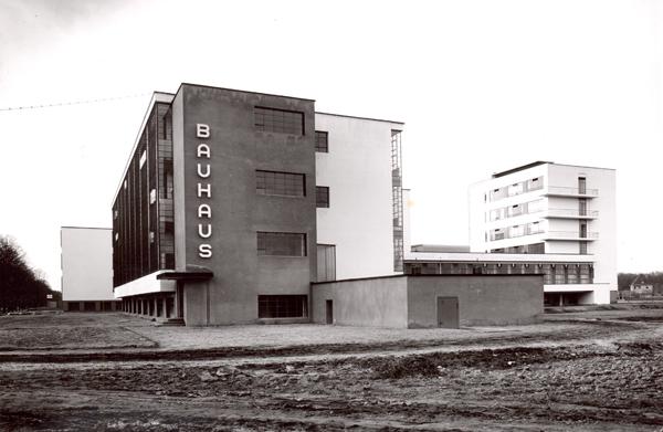 Lucia Moholy, Edificio dei laboratori, ripreso da sud-ovest, 1925/26, prova d'autore, stampa successiva, 143 x 214 mm. Collezione Fotostiftung Schweiz, Winterthur