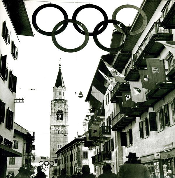 Bandiere ed elementi decorativi realizzati in occasione dei Giochi Olimpici di Cortina 1956 (Archivio Albe e Lica Steiner, Politecnico di Milano).