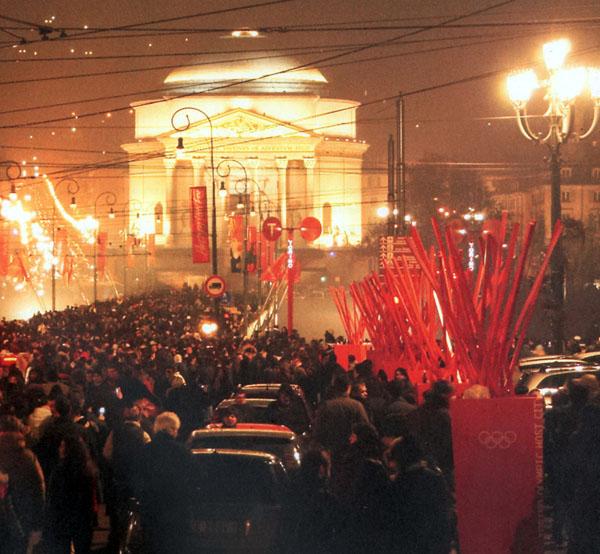 Una suggestiva immagine di festa in cui si riconoscono alcuni degli elementi comunicativi tridimensionali installati in occasione dei Giochi Olimpici di Torino 2006 (fotografia di Giovanni Fontana).