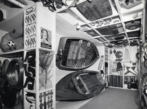 """Sezione Italiana, sala de Le offerte della civiltà dei consumi, 1964  (©Archivio Storico """"La Triennale di Milano"""")"""