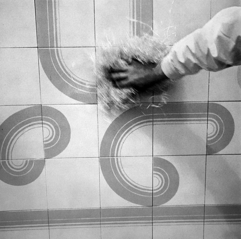 Piastrelle Lasagna, Arco e Archino, progettate da Pino Tovaglia per Cilsa. Fotografia di Giancarlo Iliprandi tratta da Abitare, 78, 1969.