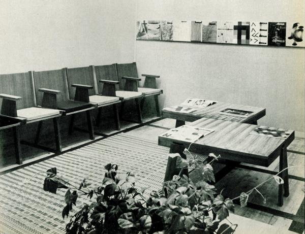 """Angelo Mangiarotti e Bruno Morassutti, sala di lettura per """"Domus"""", in Colori e forme nella casa d'oggi, catalogo della mostra, Villa Olmo, Como, luglio-agosto 1957."""