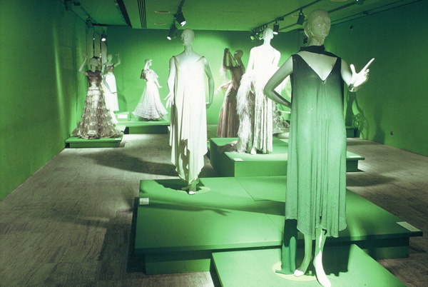 Un'installazione dalla mostra The 10s, the 20s, the 30s: Inventive Clothes 1909-1939 a cura di Diana Vreeland, New York, The Costume Institute, 13 dicembre 1973-3 settembre 1974. Courtesy of The Metropolitan Museum of Art.