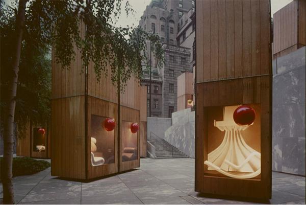 Italy: The New Domestic Landscape. La mostra antologica allestita da Emilio Ambasz sulle terrazze del MoMA con le grandi torri-vetrina. Foto di Cristiano Toraldo di Francia.