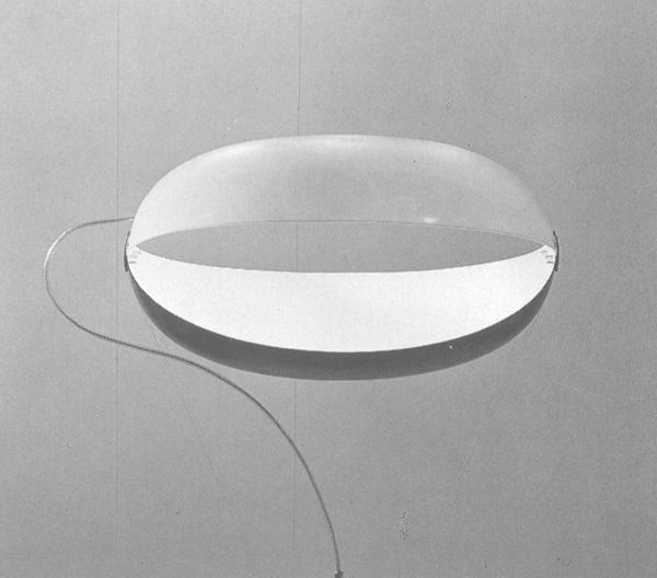 Lampada in plexiglas progettata da Ettore Sottsass nel 1955.