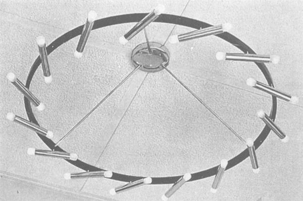 Lampadario multicolore in metallo laccato progettato da Gino Sarfatti per Arteluce nei primi anni cinquanta (illustrazione tratta da L'Arredamento moderno, Milano: Hoepli, 1955).