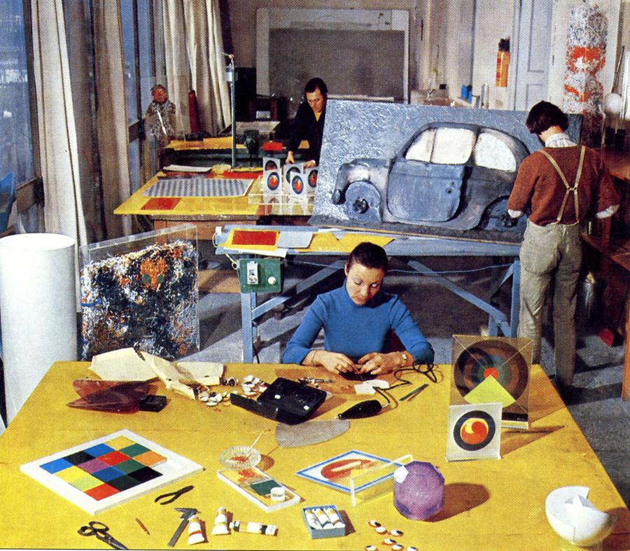 Artisti al lavoro nelle officine Mazzucchelli nell'ambito dell'iniziativa Polimero - Arte.