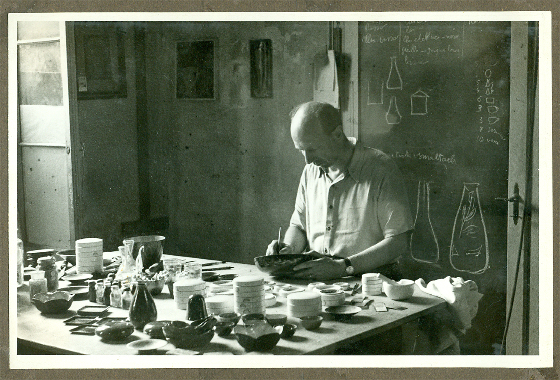 Paolo De Poli ripreso nel suo studio durante la fase di applicazione dello smalto su metallo, fine anni '40.