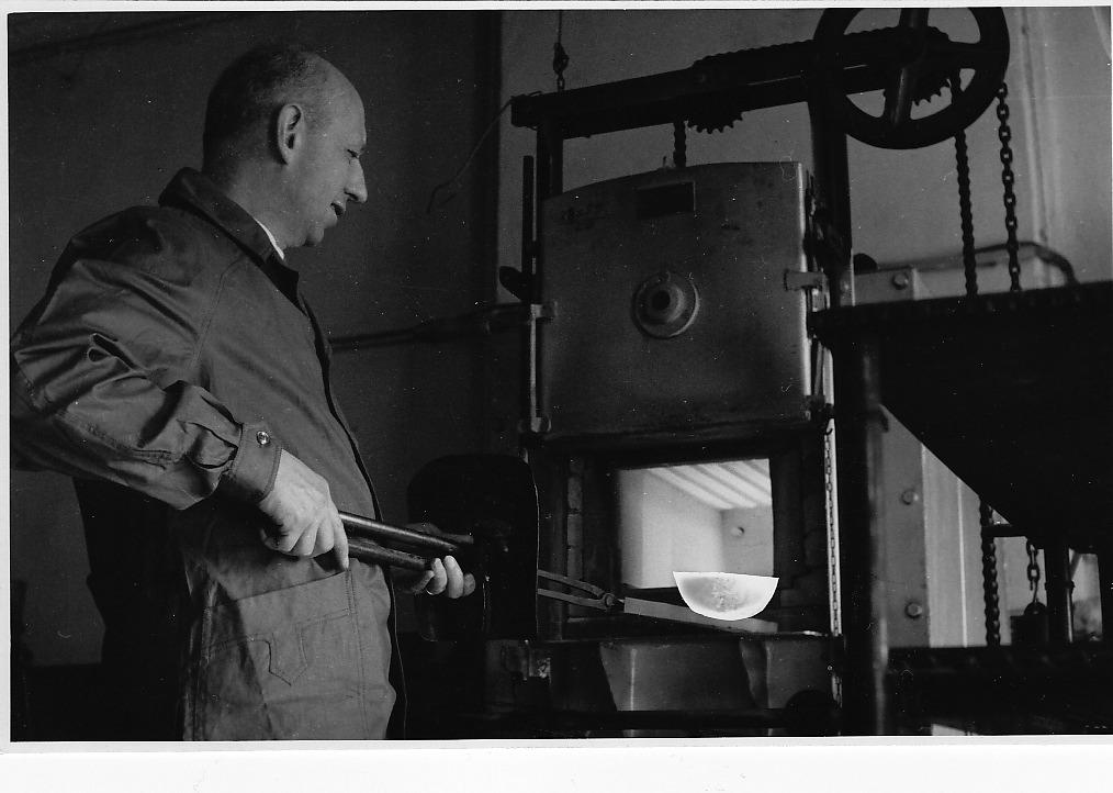 Paolo De Poli estrae dal forno elettrico un oggetto incandescente (opera: Anguria, di Gio Ponti), fine anni '50.