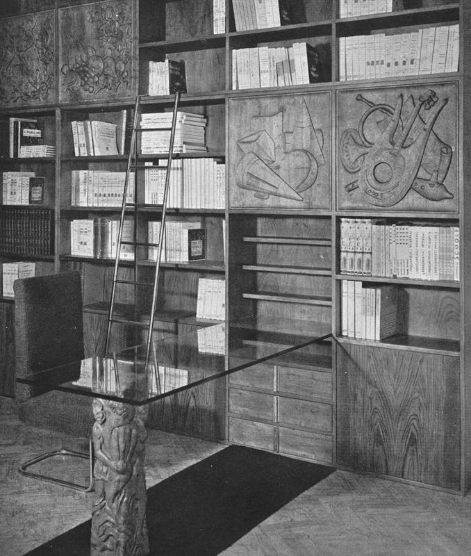 """Agnoldomenico Pica. Libreria a sportelli intagliati con nature morte modellate da Mirco Basaldella. Tavolo composto da un'unica gamba di legno lavorata a rilievo e da una lastra Securit. """"L'intaglio"""" (1940, luglio). Domus, 151, 42-43."""