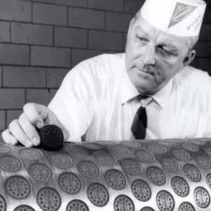Fig. 11 – Operaio della Nabisco (National Biscuit Company) che mostra il rullo a stampo per la produzione dei biscotti Oreo, anni '70.
