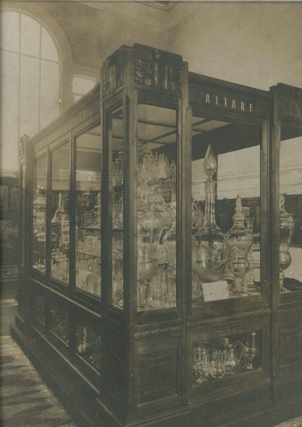 """Grande vetrina presentata all'Esposizione Internazionale di Torino nel 1911, contenente i """"giganti del vetro"""""""