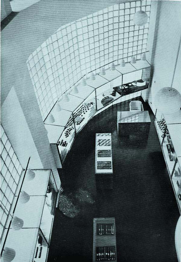 """Fig.3 - Bernard Rudofsky, vista interna del negozio di orologi Kocher a São Paulo, 1939. Immagine tratta da B. Rudofsky, """"Lojas e vitrinas. Relojoaria em Sao Paulo"""", Acrópole, 37-39, luglio 1939."""