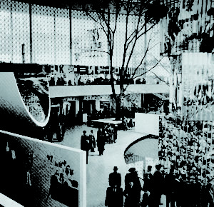 Fig.7 - Bernard Rudofsky, interno del padiglione USA, Brussel World Fair 1958. Immagine tratta da Architectural Review, 739, agosto 1958.