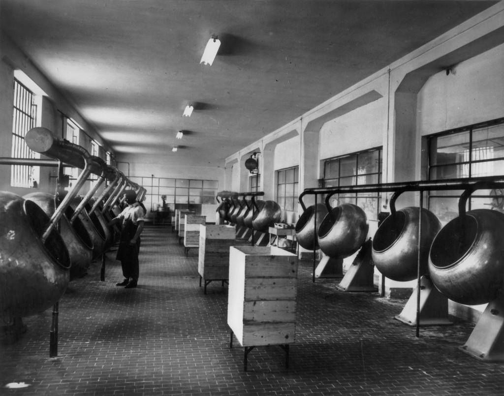Interni del primo stabilimento Dolcificio Lombardo, fine anni cinquanta. Reparto confettatura. (Courtesy, archivio storico Perfetti van Melle)