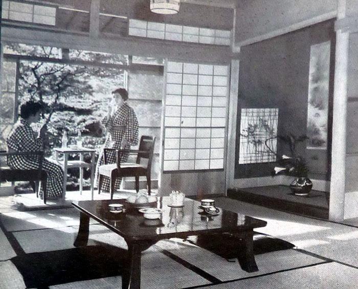 """Fig. 5. C. Perriand, illustrazione dell'articolo """"Une tradition vivante"""", in L'Architecture d'Aujourd'hui, 65, maggio 1956. Camera di un hotel a Kinyama spa dove l'arredo occidentale è inserito in quello giapponese."""