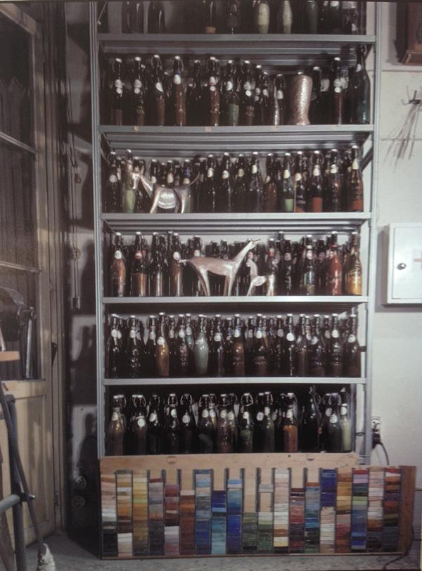 Il reparto delle polveri di smalto nello studio-laboratorio / courtesy APV, De Poli, archivio foto.