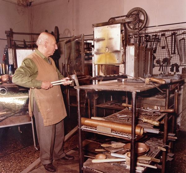 Paolo De Poli mentre lavora al forno, anni ottanta / courtesy APV, De Poli, archivio foto.