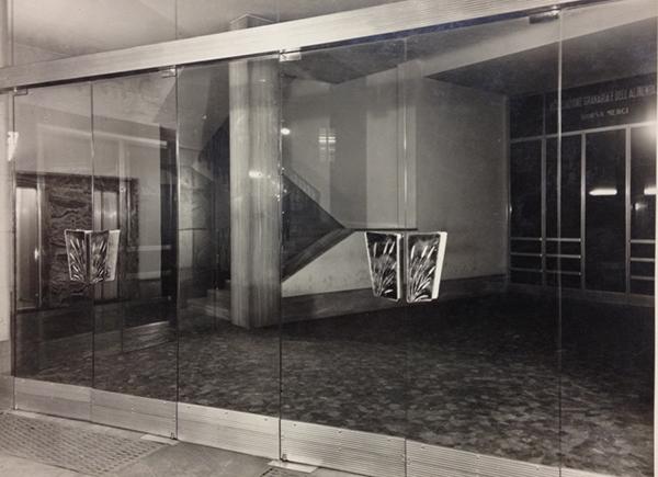 Ingresso con maniglie De Poli della borsa merci di Torino progettata dagli architetti Giuseppe Nizzi e Elvio Lorini , 1951 / courtesy APV, De Poli, archivio foto.