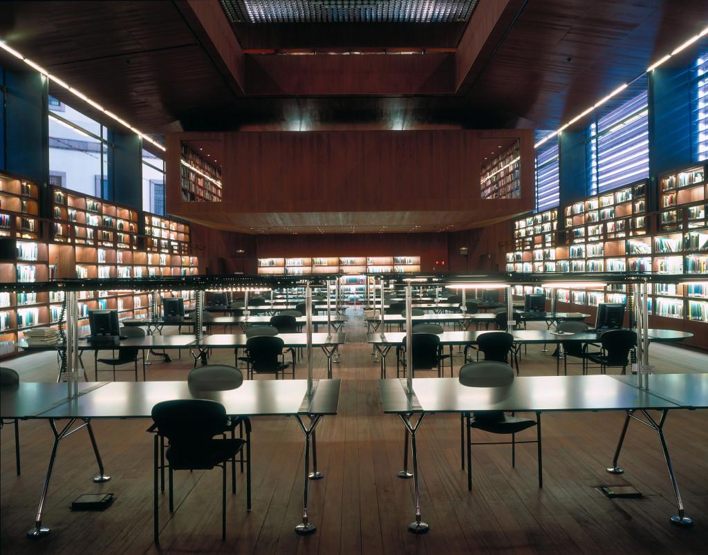 Fig.16 Sala di lettura della biblioteca e uffici direzionali del Centro de Arte Reina Sofía a Madrid, con l'installazione di oltre 100 postazioni con tavoli del sistema Nomos progettato da Norman Foster & Partners per Tecno nell'ambito dei Grandi Lavori, 2005 / courtesy Archivio Borsani, Varedo.