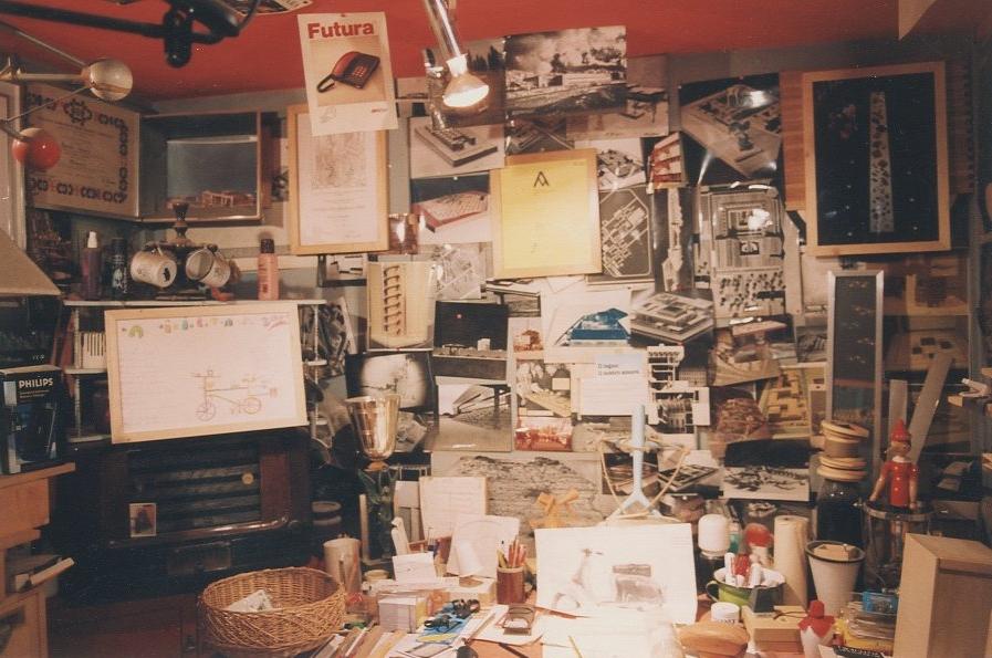 L'ufficio di Giovanni Sacchi posto all'interno della sua bottega a Milano in via Sirtori; sulla parete si nota affisso l'attestato del Compasso d'oro-Adi alla carriera / courtesy Archivio Giovanni Sacchi, Sesto San Giovanni.