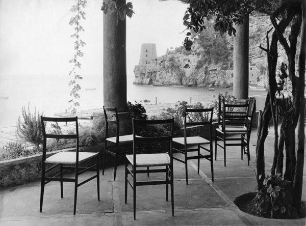 Sedia Superleggera di Gio Ponti per Cassina a Positano, 1961. © Mauro Masera. Università Iuav di Venezia, Archivio Progetti