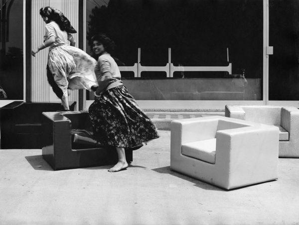 Poltrona Throw away, Willie Landels per Zanotta, redazionale per Abitare, art director Michele Provinciali. © Mauro Masera. Università Iuav di Venezia, Archivio Progetti