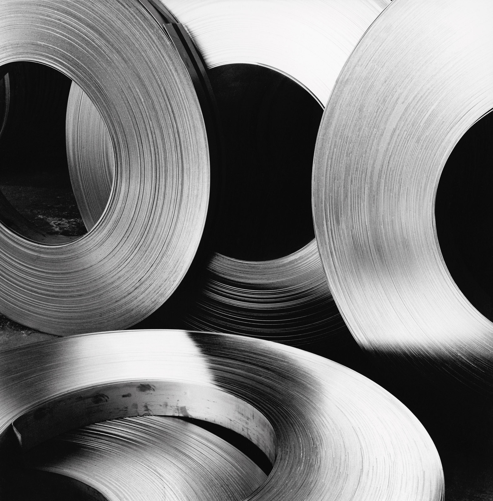 Coils di acciaio inox per la fabbricazione di tubi saldati. 1972. © Dalmine Spa. Archivio Fondazione Dalmine