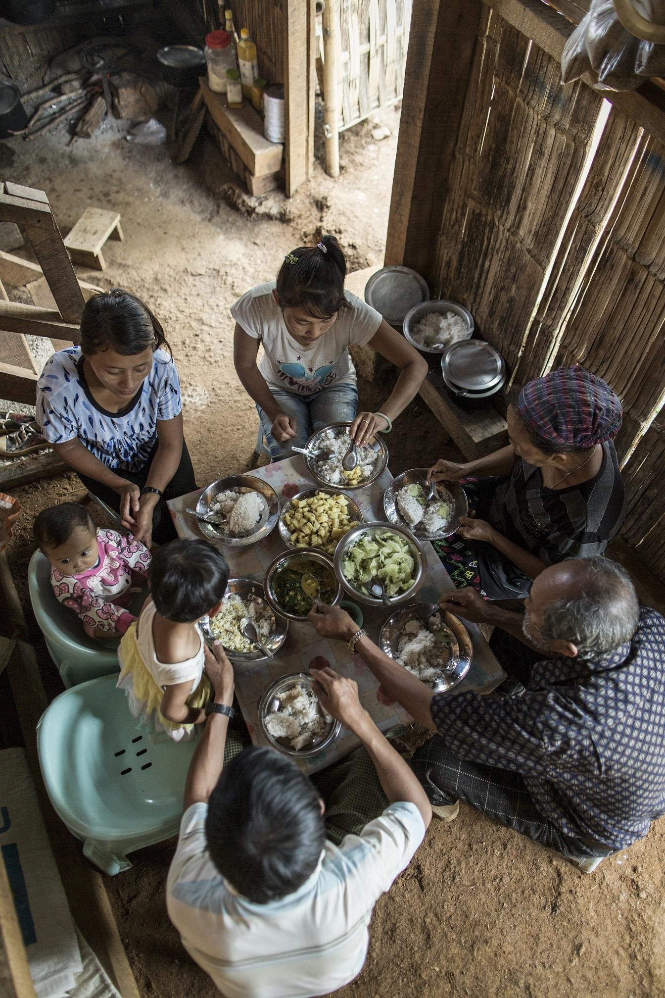 WFP (World Food Programme) - The Family Meal The Family Meal è un progetto fotografico realizzato dal Programma Alimentare Mondiale (WFP) e il Dipartimento di Aiuti Umanitari e protezione civile della Commissione Europea (ECHO) con foto di Chris Terry scattate in Ciad, Birmania, Ecuador, Niger e Giordania, visitando le famiglie assistite dal WFP con il sostegno di ECHO, su un tema: cosa significa un pasto in famiglia?