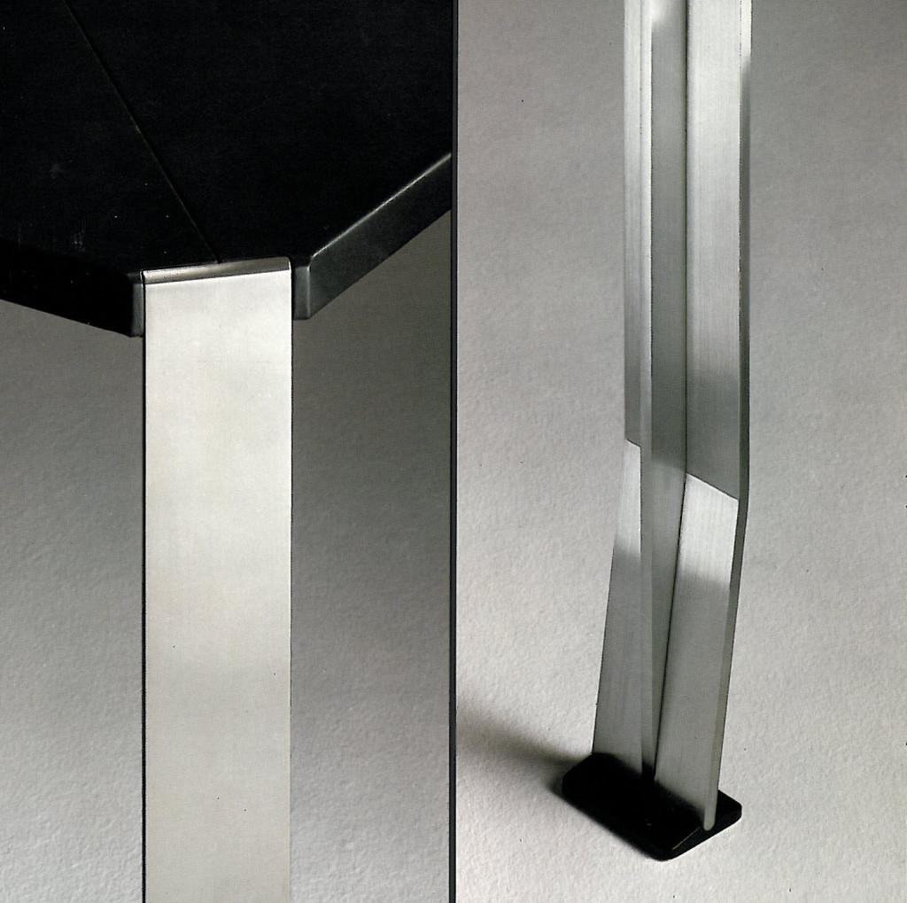 Fig.13 Particolare della parte retrostante della gamba del tavolo riunioni T407 progettato dal Centro Progetti Tecno, 1974 / courtesy Archivio Borsani, Varedo.